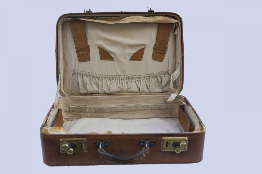 61b611c5ce18c Stare zgrabne skórzane walizki, ręcznie szyte , retro design stan dobry.  Cena z sztukę. Wymiary 43X30X13 cm.